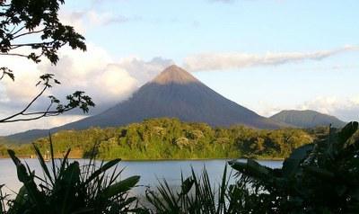 Le lac et le volcan Arenal dans la foret tropicale de Alajuela, Costa Rica